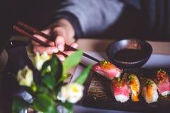 Sushi di legno della presa dei bastoni immagine stock