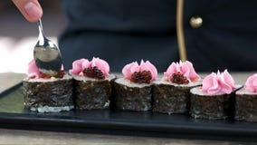 Sushi di Maki con il caviale archivi video