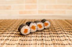 Sushi di Maki con il panno di legno Immagine Stock