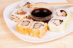 Sushi di Maki con la salsa di soia fotografia stock libera da diritti