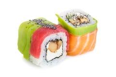 Sushi di maki di Uramaki, due rotoli isolati su bianco Immagini Stock Libere da Diritti