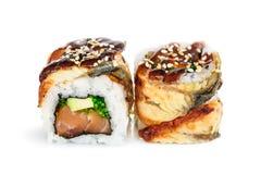 Sushi di maki di Uramaki, due rotoli isolati su bianco Immagine Stock