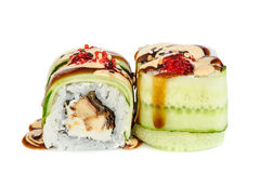 Sushi di maki di Uramaki, due rotoli isolati su bianco Immagini Stock