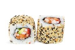 Sushi di maki di Uramaki, due rotoli isolati su bianco Fotografie Stock Libere da Diritti