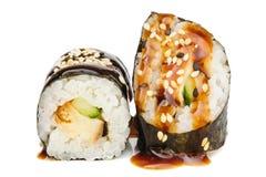Sushi di Maki, due rotoli isolati su bianco Immagini Stock