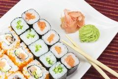 Sushi di Maki sulla zolla bianca. Fotografie Stock