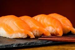 Sushi di Nigiri con il salmone ed i bastoncini Immagine Stock