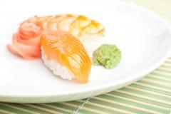 Sushi di Nigiri con salsa sulla zolla Immagini Stock