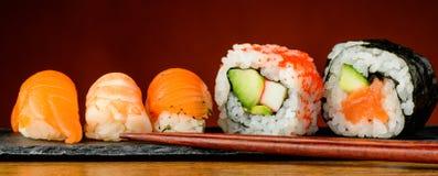 Sushi di Nigiri, di uramaki e di futomaki Fotografie Stock