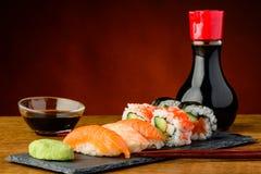 Sushi di Nigiri, di uramaki e di futomaki Immagine Stock