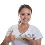 Sushi di raccomandazione della cameriera di bar giapponese Immagini Stock
