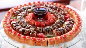 Sushi di stile di approvvigionamento del buffet messi in ristorante video d archivio