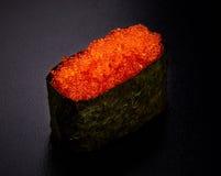 Sushi di Tobiko Gunkan sul nero Immagini Stock