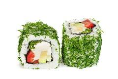 Sushi di verdure con aneto, due rotoli di maki di Uramaki isolati su bianco Fotografia Stock