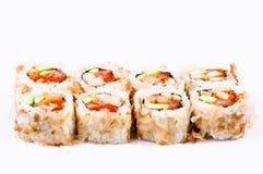 Sushi die met avocado, vissen en rode kaviaar worden geplaatst Royalty-vrije Stock Afbeeldingen