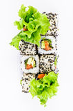Sushi die met de hoogste mening van de leawessalade worden geplaatst Stock Fotografie