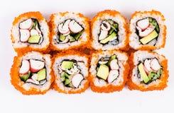 Sushi die met krabvlees, avocado en rode kaviaar worden geplaatst Stock Foto