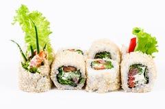 Sushi die met leawessalade en paprika worden geplaatst Stock Afbeelding