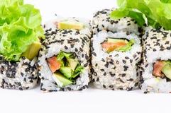 Sushi die met leawessalade worden geplaatst Stock Afbeeldingen