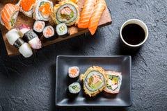 Sushi die met sojasaus worden gediend stock fotografie