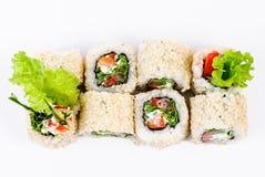 Sushi die met van de leawessalade en paprika hoogste mening worden geplaatst Stock Afbeelding