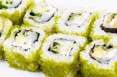Sushi die met vissen en groene kaviaar worden geplaatst Stock Foto
