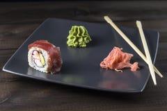 Sushi die op grijze plaat worden geplaatst Royalty-vrije Stock Afbeelding