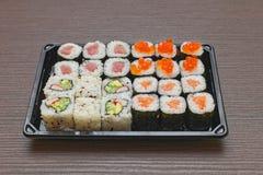 Sushi in dienblad stock fotografie