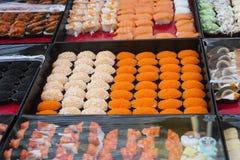 Sushi differenti con il caviale sul mercato di strada, Phuket, Tailandia fotografia stock
