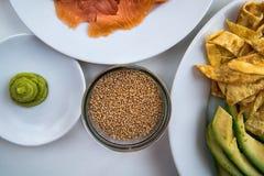 Sushi - diversos ingredientes en las placas alistan y se prepararon Fotografía de archivo
