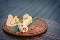 Sushi do dragão com a pera na tabela de madeira; imagem de stock