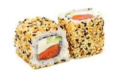 Sushi do maki de Uramaki, dois rolos isolados no branco Fotografia de Stock Royalty Free