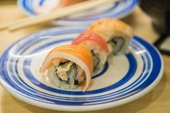 Sushi do rolo com salmões e arroz Imagens de Stock
