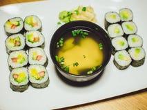 Sushi do vegetariano e sopa de miso em um restaurante Fotografia de Stock Royalty Free
