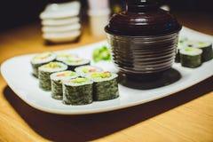 Sushi do vegetariano e sopa de miso em um restaurante Fotos de Stock