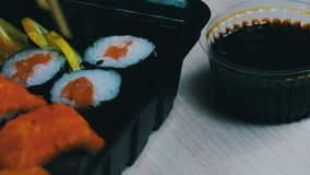 Sushi do wasabi do gengibre e rolos japoneses frescos, varas de madeira chinesas macro video estoque