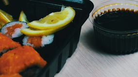 Sushi do wasabi do gengibre e rolos japoneses frescos, varas de madeira chinesas macro filme