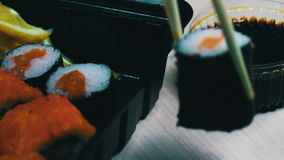 Sushi do wasabi do gengibre e rolos japoneses frescos, varas de madeira chinesas macro vídeos de arquivo