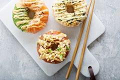 Sushi donuts met tonijn en zalm Stock Afbeeldingen