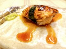 Sushi dos gras de Foie envolvido nas algas e no molho especial fotografia de stock royalty free
