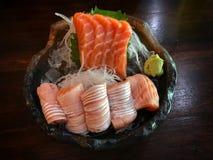 Sushi dos salmões no gelo em uma bacia preta imagens de stock royalty free