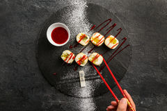 Sushi doux avec de la confiture de fraise rouge d'un plat noir Image libre de droits