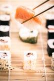 Sushi e bastoncini di Nigiri Immagine Stock