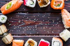Sushi e nigiri em um fundo preto Fotos de Stock
