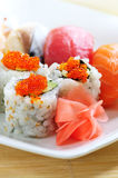 Sushi e rolos de Califórnia fotos de stock