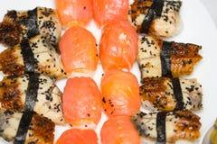 Sushi e rolos frescos e deliciosos do arroz Imagem de Stock