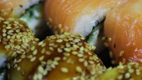 Sushi e rolos japoneses frescos, sashimi macro, uramaki e nighiri Prato japonês típico filme