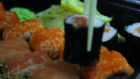 Sushi e rolos japoneses frescos, sashimi macro, uramaki e nighiri Prato japonês típico vídeos de arquivo