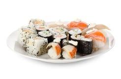 Sushi e rolos no pratos Fotos de Stock
