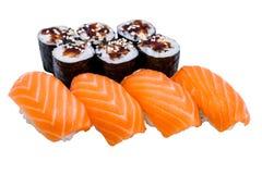 Sushi e rotoli di Nigiri, isolati su bianco Fotografie Stock Libere da Diritti